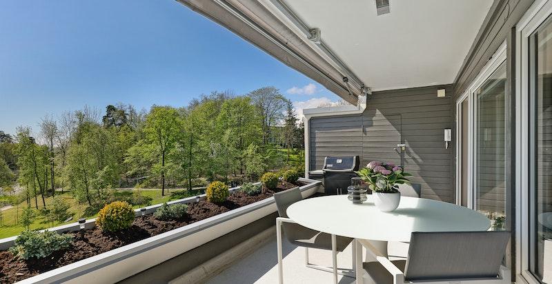 Fra stuen er det utgang til en solrik sydvestvendt terrasse på ca 16 kvm med sol fra morgen til kveld.