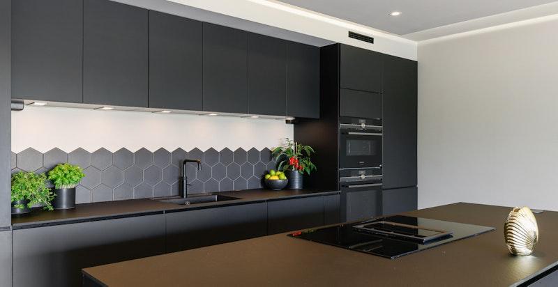 Stor og praktisk kjøkkenøy i samme utførelse og kvalitet som resten av innredningen