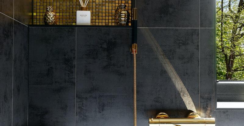 Hovedbadet er designet for å nyte soloppgangen usjenert fra badekaret