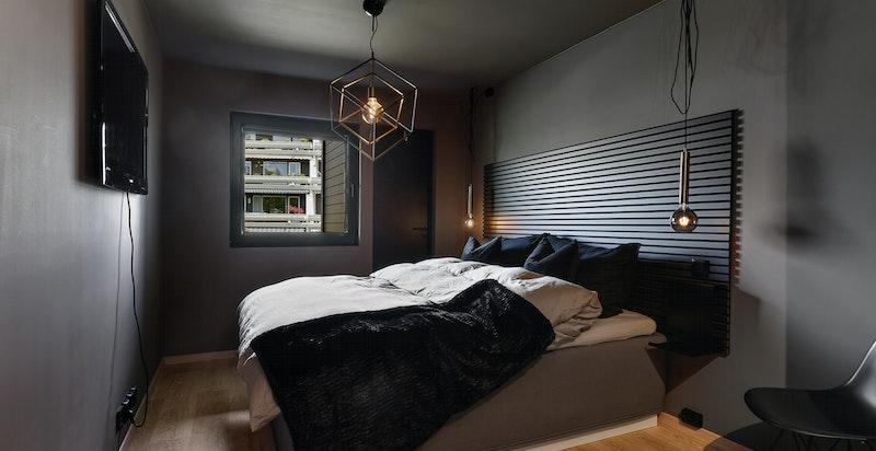 Stort hovedsoverom med garderobe og god plass til dobbeltseng, nattbordsmøblement etc. I tilknytning til hovedbadet
