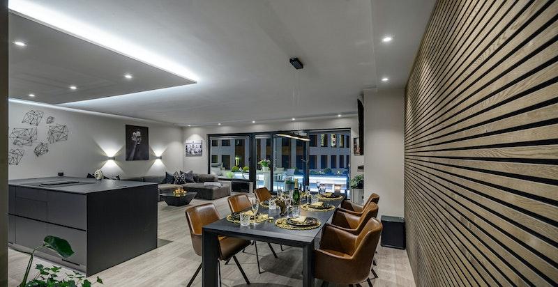 God plass til stort spisebord i stuen, slik at man kan holde hyggelige selskaper
