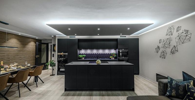 Stue/kjøkken på kveldstid