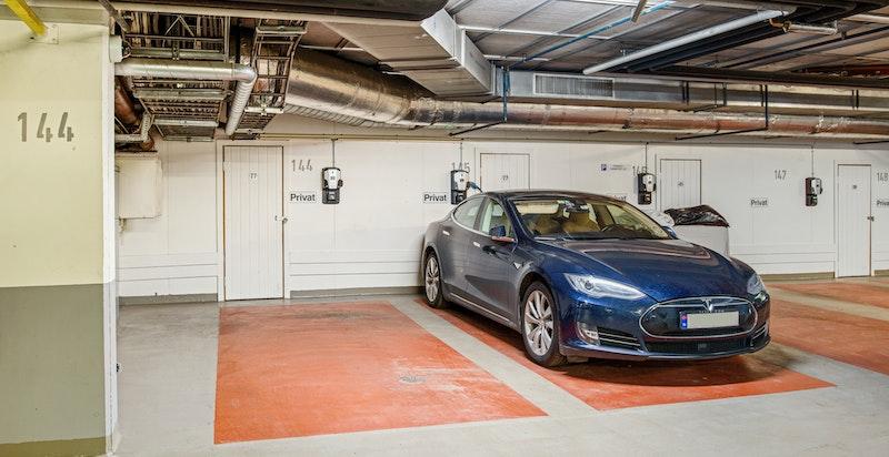 2 fine garasjeplasser ved siden av hverandre med el-lader