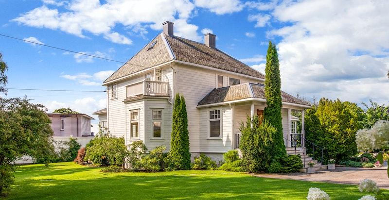 Flott klassisk fasade - Velkommen til denne skjermet beliggende Vinderen villa med stor god tomt