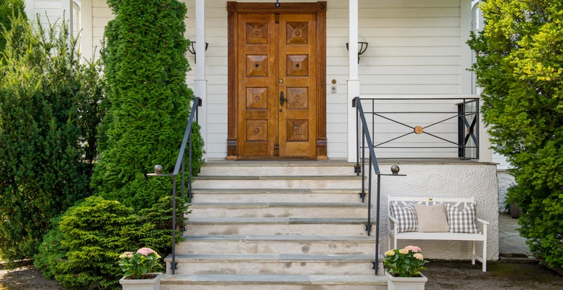 Hovedinngangen med vakker gammel dør