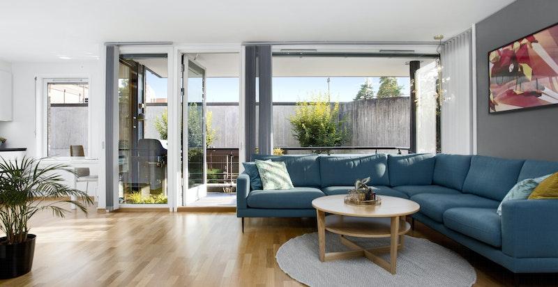 Praktisk stue med store vinduer og gode lysforhold