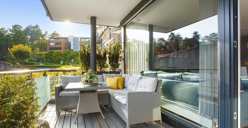 Balkongen har praktisk overbygg som gjør den brukbar i all slags vær. Tilbaketrukket nabobygg gir veldig gode solforhold