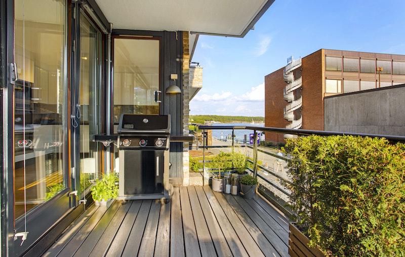 Sydvendt balkong på 12 kvm med sol fra morgen til kveld.