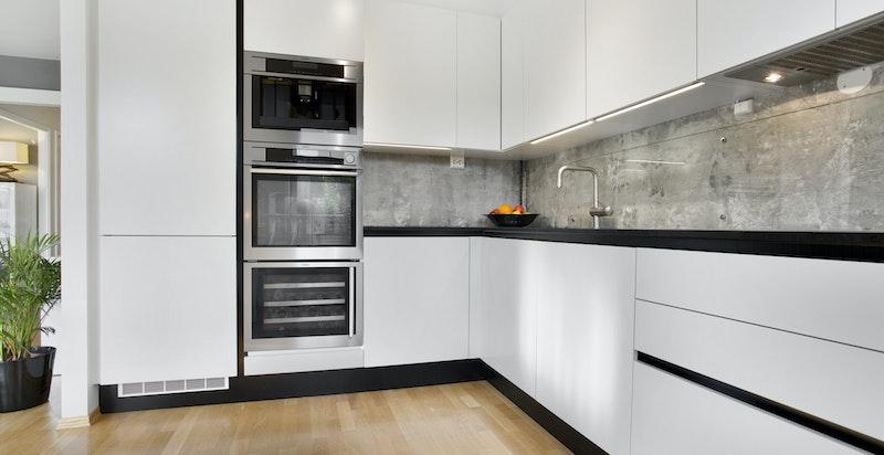 God plassutnyttelse gir rikelig med skap- og benkeplass. Hvitevarer er integrert fra AEG og inkluderer bl.a. Vinskap, dampovn, kaffemaskin og nedfelt induksjonstopp.