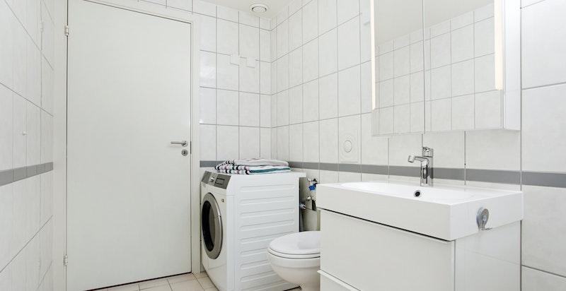 Lekkert bad med oppdatert innredning i 2020 - opplegg og plass for vaskemaskin og tørketrommel. Vannbåren varme i gulv inkludert i fellesutgifter.