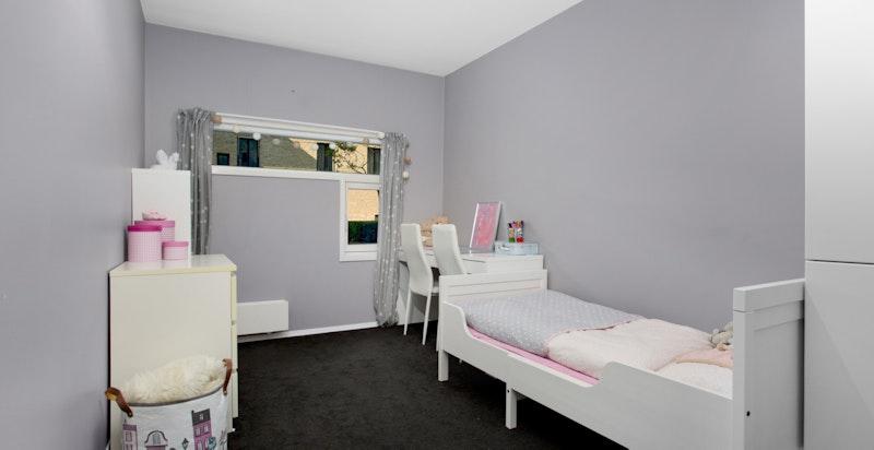Soverom 2 - plass for seng på både langs og tvers. Samt god plass for skap