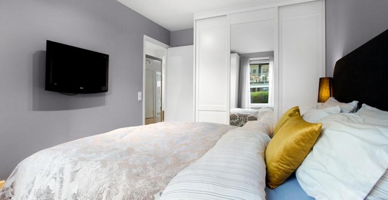 Hovedsoverom med god plass for stor seng og god skapplass på begge sider