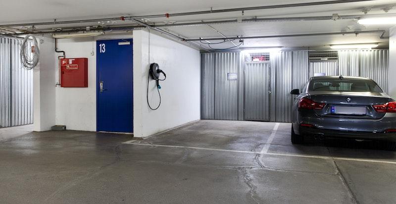 Det medfølger en garasjeplass med el-lader i garasjeplan K2 (lukket anlegg), med direkte innvendig heisadkomst til leiligheten. Arealeffektiv bod ligger i tilknytning til parkeringen.