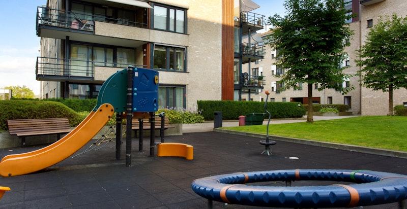 På fellesarealet til sameiet ligger flere lekeområder for barn, en populær samlingsplass for barn og voksne