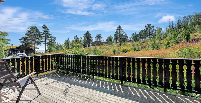 Romslig terrasse med gode solforhold