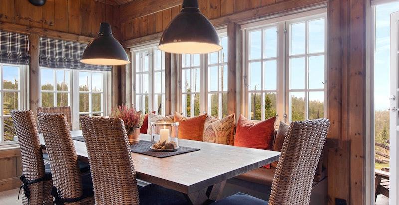 Spiseplass med utgang til terrasse. Her kan man gå rett fra frokostbordet og ta med kaffen ut i morgensolen.