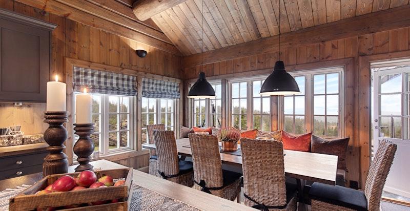 Plass til mange rundt spisebordet og praktisk benk med gode puter og oppbevaringsplass under