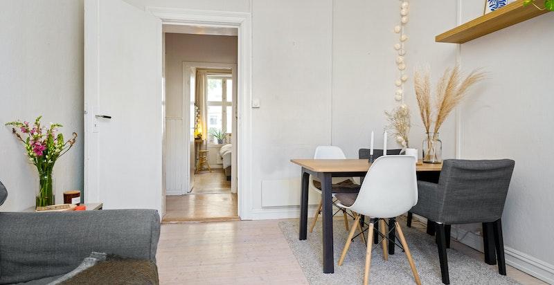 Stuen har plass for både salong og spisebord