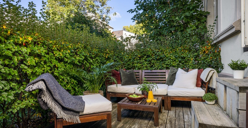 Romslig usjenert terrasse med sol fra tidlig ettermiddag til kveldstid på sommeren.