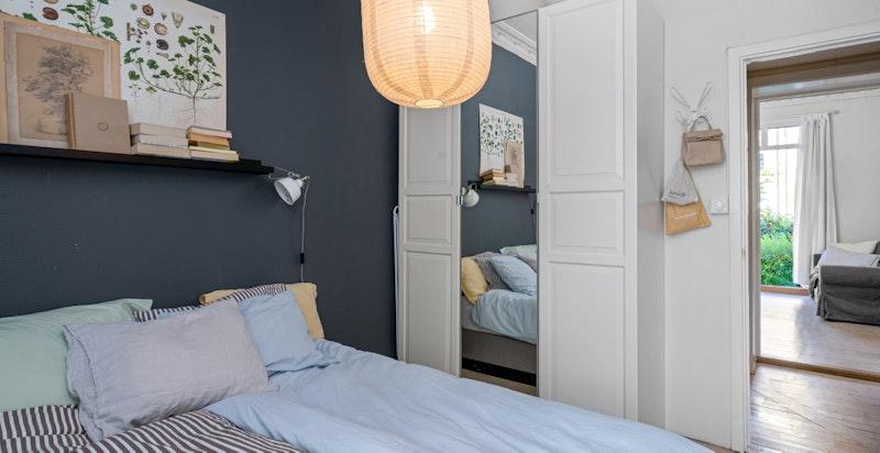 God plass for stor seng og skap på soverom