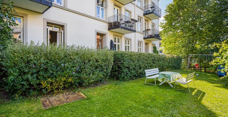 Sameiet har store hyggelige grøntarealer i bakgården. Leilighetens terrasse har utgang til bakgården