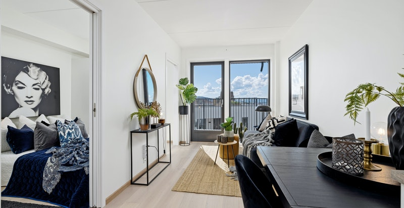 Lys og luftig stue med gode lysforhold fra store vindusflater.