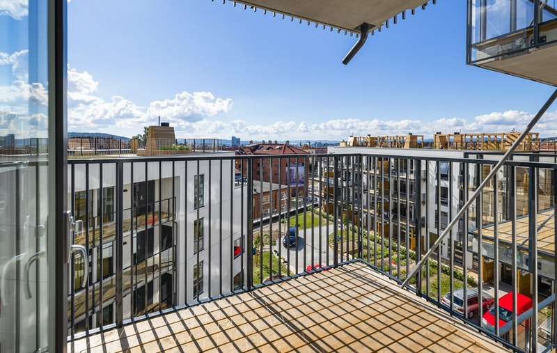 Leiligheten ligger i 5. etasje med utsikt og solrik balkong på 5 kvm.