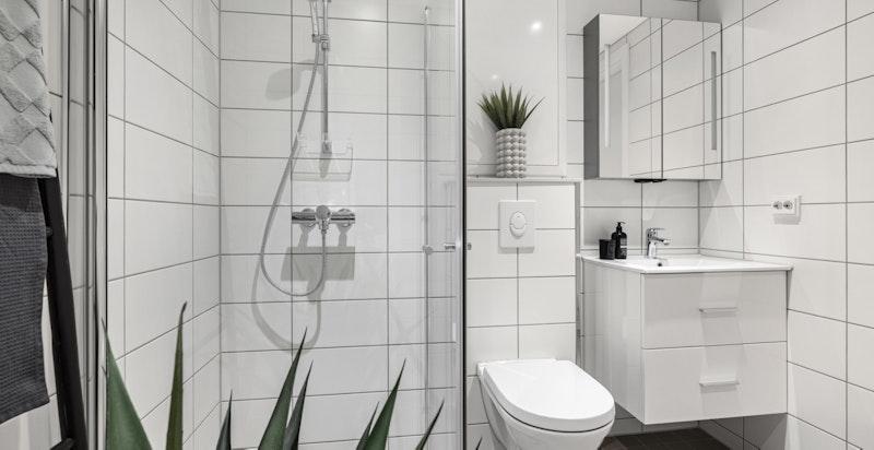 Innredningen er moderne og funksjonell. Det er integrert lys og speilskapet.
