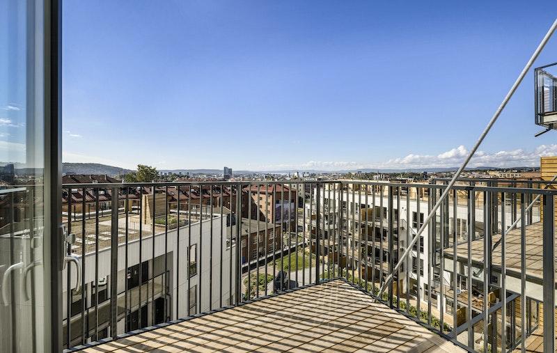 Leiligheten ligger i 6. etasje med fantastisk utsikt mot fjord og by.