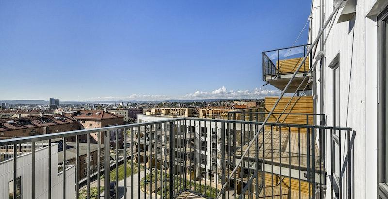 Balkongen blir leilighetens ekstra rom om sommeren.