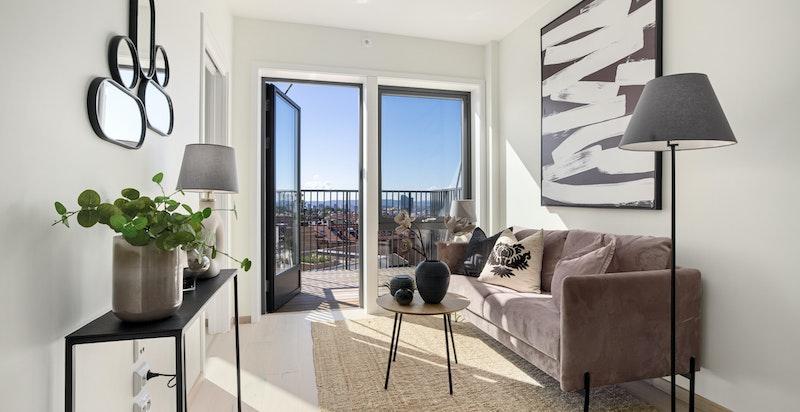 Innbydende stue med gode lysforhold fra store vindusflater.