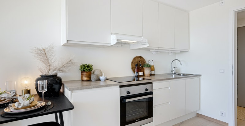 Kjøkkenet er godt utstyrt med integrerte hvitevarer.