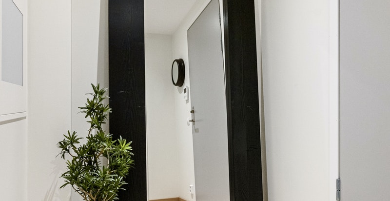 Det er plass til garderobeinnredning i gang/entré.