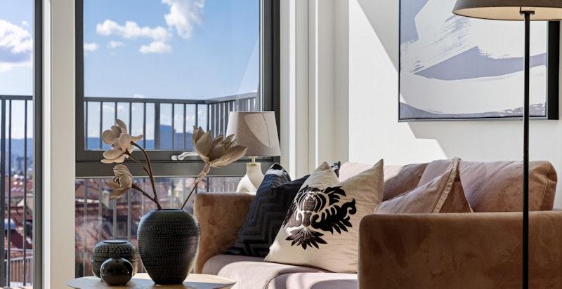 Stuen har flere møberingsmuligheter med plass til sofa og spisebord.