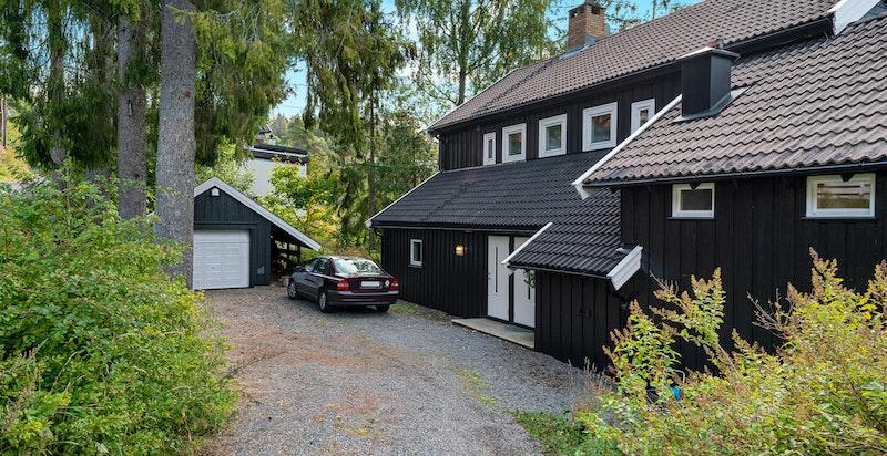 Fasade, gårdsplass og garasje