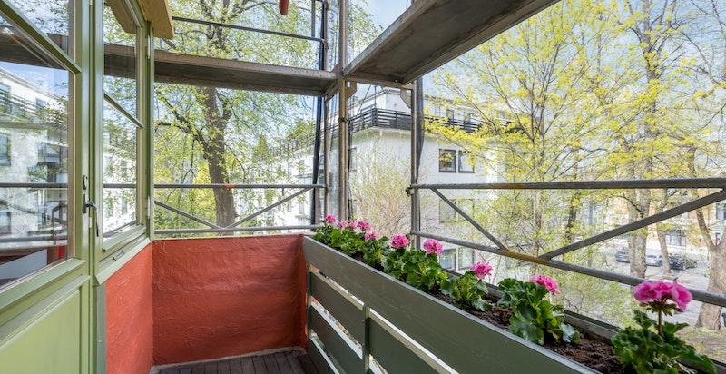 Balkongen er på 3,21kvm og vender mot rolige omgivelser