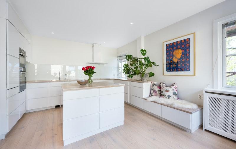 På kjøkkenet har man integrerte hvitevarer og en sosial kjøkkenøy