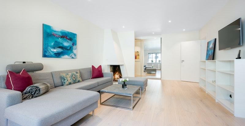 Lys og luftig stue med peis