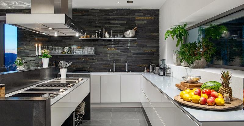 Kjøkkeninnredning (Blum intivo) med hvite glatte fronter