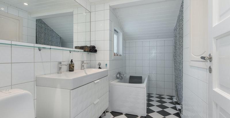 Baderom i andre etasje med badekar