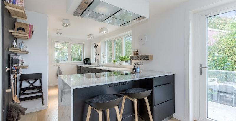Moderne kjøkken med godt av oppbevaring- samt benkeplass