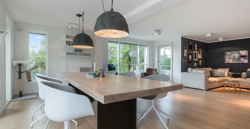 Stuen er romslig og har god plass til både sofagruppe og spisemøblement