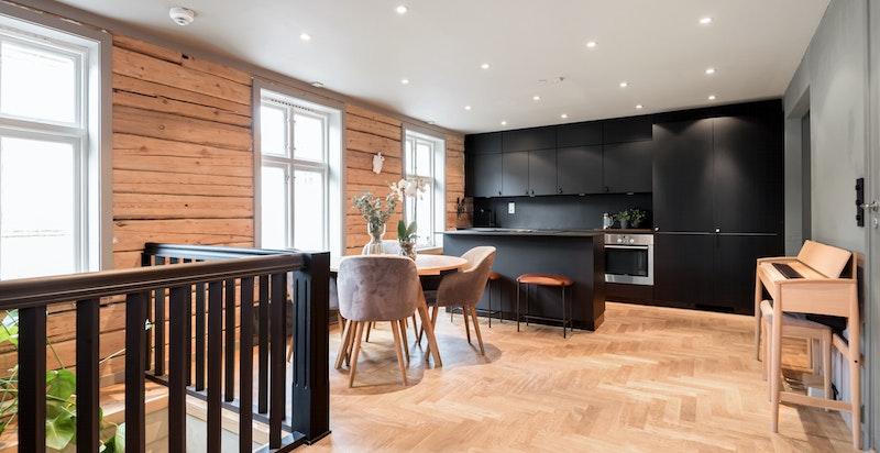Lekker og lys stue med åpent moderne kjøkkendesign, flotte heltre eikegulv og downlights i himling. Lite innsyn.