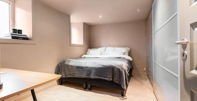 Soverom med god garderobeplass, varme i gulv og spotter i himling