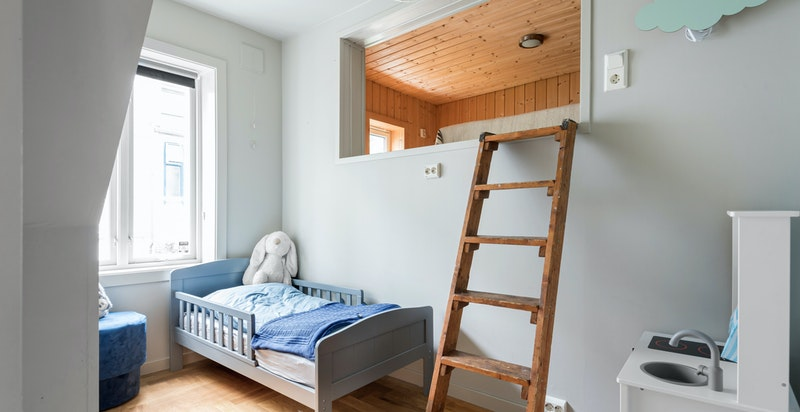 Kult soverom/barnerom med stor hems med vindu. Rolig beliggende mot indre gård.