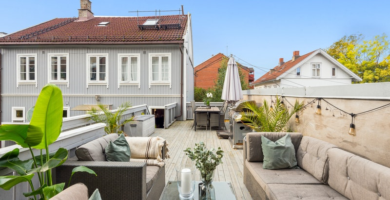 Romslig terrasse m/ god plass til både lounge og spisegruppe. Meget gode solforhold inkl. kveldssol om sommeren.