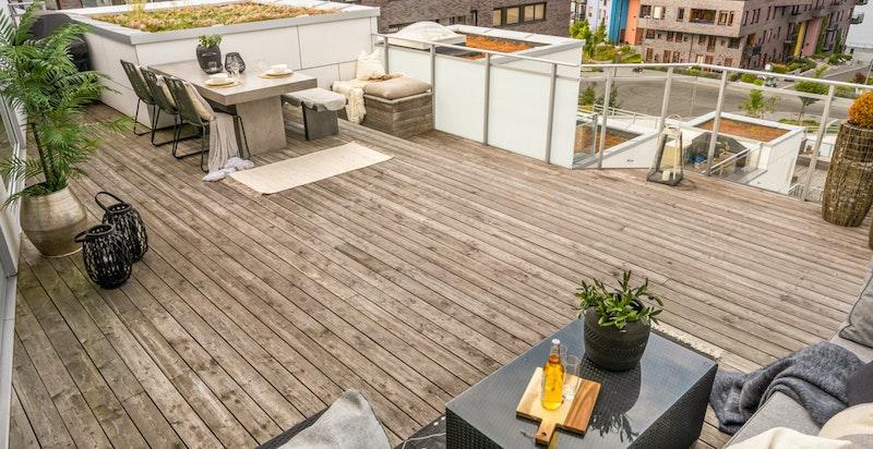 Når du har 60 kvadratmeter med terrasse er valgmulighetene mange for møblering.