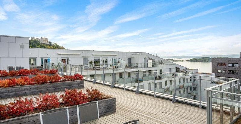 I tillegg er det felles takterrasse som er til fri disposisjon for hele bygget.