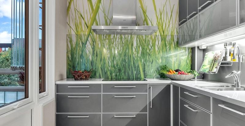 Det er integrerte hvitevarer som inkluderer stekeovn, platetopp, mikrobølgeovn, oppvaskmaskin og kjøleskap/fryser.