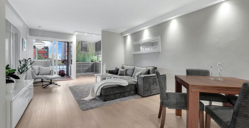 Lys og innbydende stue med store vindusflater som bidrar med godt naturlig lys.